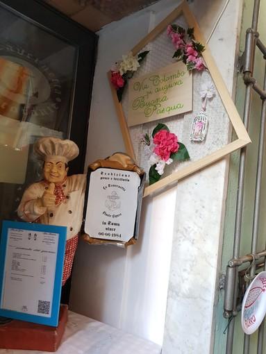"""Finalmarina, i commercianti di via Colombo si """"autogestiscono"""" le decorazioni pasquali: """"Ci sentiamo trascurati"""""""