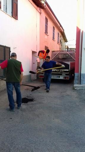 Dego: pezze d'asfalto in previsione della tradizionale Fiascolata