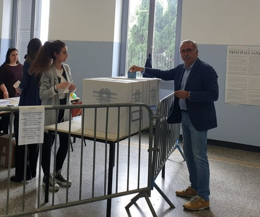 Pietra Ligure, il candidato sindaco Luigi De Vincenzi ha votato
