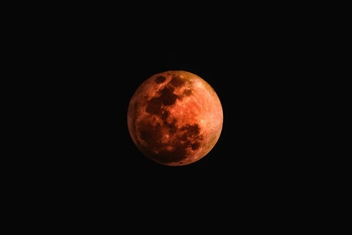 Occhi al cielo questa sera per l'eclissi parziale di luna: il picco alle 23.30