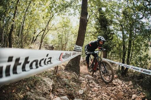 """A Pietra Ligure mountain bike elettriche protagoniste con la gara """"Vittoria EWS-E Pietra Ligure"""". Vincono il francese Nicolas Vouilloz e l'inglese Tracy Moseley"""