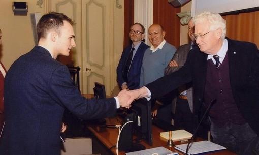Il deghese Elias Vecchio premiato a Genova per la sua tesi da 110 e lode
