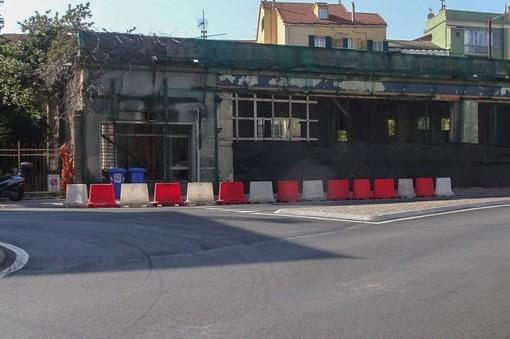 Albisola, partiti i lavori di demolizione dell'ex distributore di benzina di corso Ferrari: spazio ad un altro supermercato