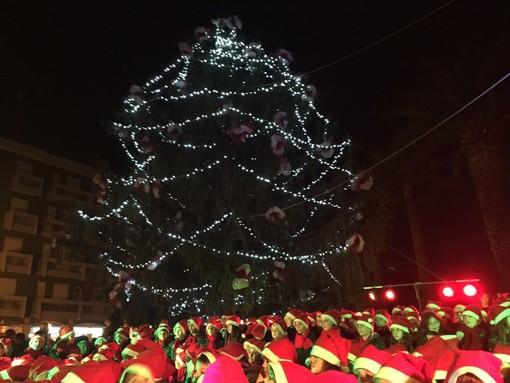 Andora, l'accensione dell'albero con il coro dei 300 bambini delle primarie dà il via agli eventi di Natale