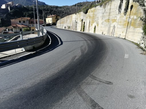 Finale, sversamento di materiale viscoso sulla carreggiata in via Cavassola