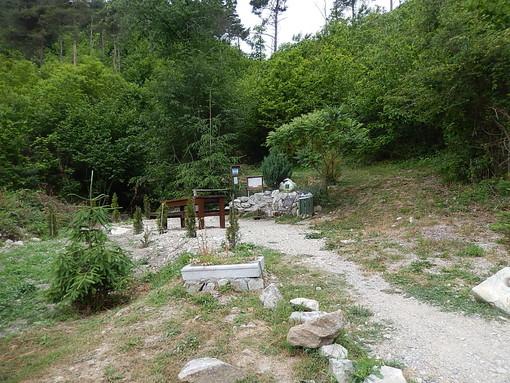 Pallare, asportato dai vandali il crocefisso dalla fontana degli Alpini di Micé