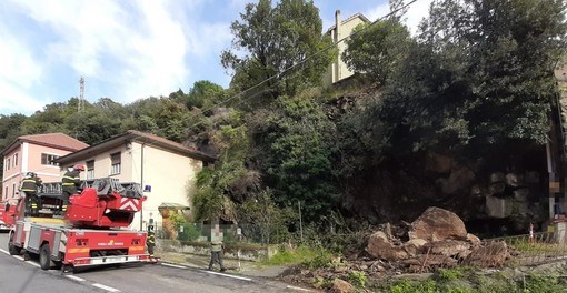 Savona, cadono massi sulla sp 12 in località Santuario: mobilitata l'autogrù dei vigili del fuoco (FOTO e VIDEO)