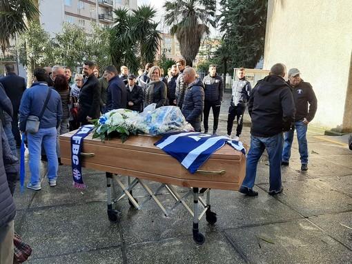 Savona, l'ultimo commosso saluto alla bandiera del Savona Valentino Persenda (FOTO)