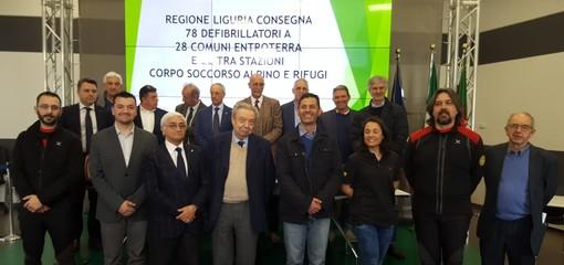Consegnati 78 defibrillatori semiautomatici esterni a 28 Comuni liguri dell'entroterra e a 22 stazioni del Corpo Nazionale Soccorso Alpino