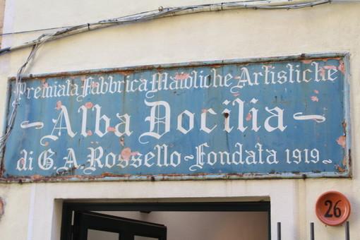 """La lotta all'inquinamento e alle plastiche in chiave albisolese. Alla Fornace Alba Docilia la mostra """"More clay, less plastic"""""""