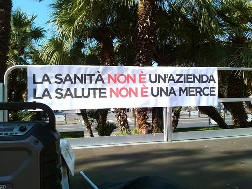 Albenga, flash mob in piazza del Popolo per tutelare la sanità pubblica (FOTO e VIDEO)