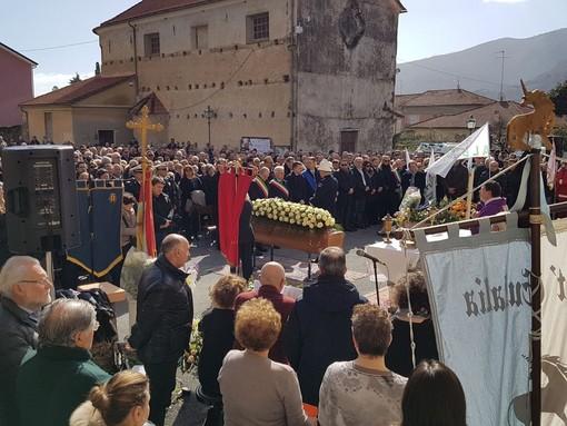Albenga, una folla commossa per l'ultimo saluto all'ex sindaco Rosy Guarnieri (FOTO e VIDEO)