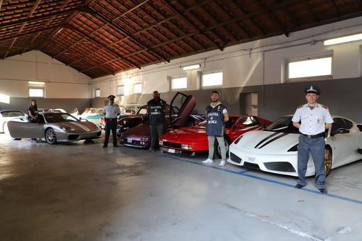 La Guardia di Finanza sequestra un'intera collezione di auto di lusso e d'epoca (FOTO e VIDEO)