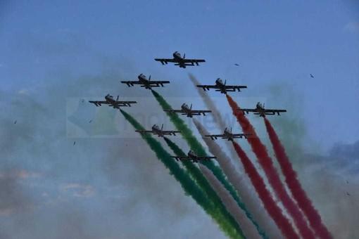 Le Frecce Tricolori sopra il ponte San Giorgio, il VIDEO del passaggio della pattuglia acrobatica