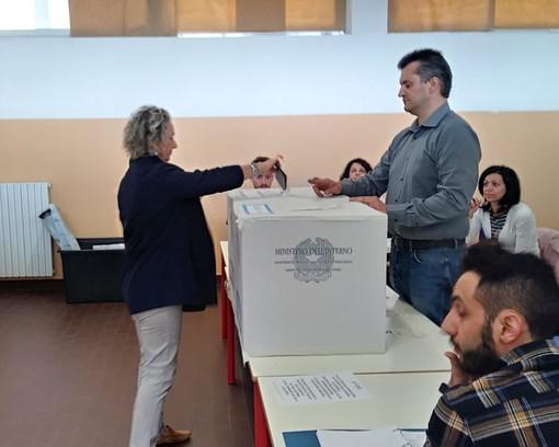 Vado Ligure, il candidato sindaco Franca Guelfi ha votato