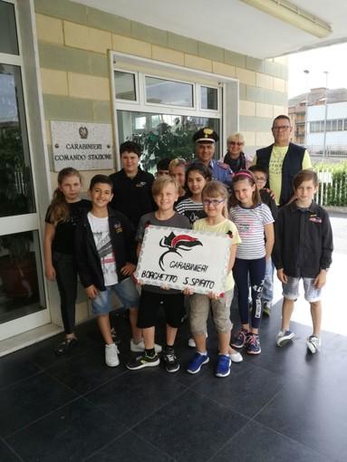 """Borghetto Santo Spirito: gli alunni della scuola elementare """"Valvaratella"""" in visita alla locale stazione carabinieri"""