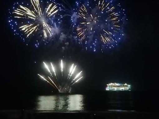Savona, i fuochi d'artificio per l'inaugurazione della Costa Smeralda illuminano il sabato sera (FOTO)