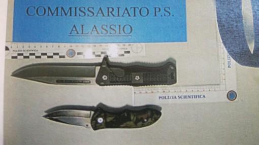 """Gira per Alassio con due coltelli degni di """"Crocodile Dundee"""": fermato dalla Polizia"""