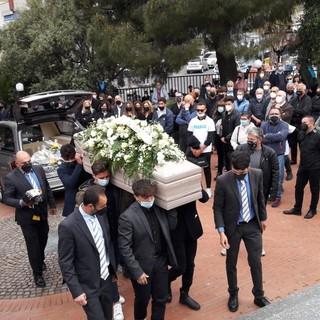 Amici, conoscenti, compagni di squadra: Alassio si stringe nell'ultimo saluto a Marco Parascosso (FOTO)