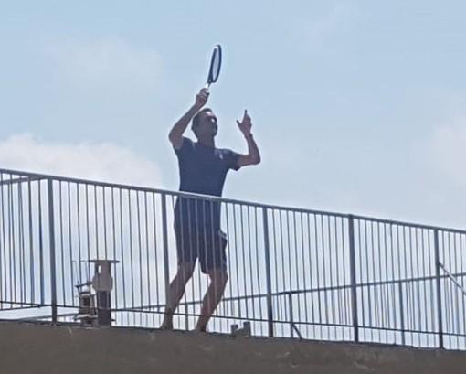 Il tennista Roger Federer gioca sui tetti di Finale Ligure con Vittoria Olivieri e Carola Pessina