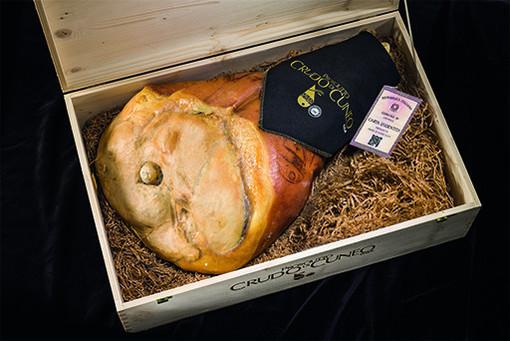 Vi presentiamo il prosciutto Crudo di Cuneo DOP: eccellenza piemontese che unisce gusto, qualità e artigianalità.