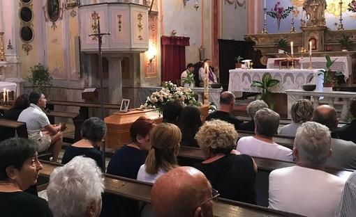 Folla commossa a Biestro per l'addio a Deborah Ballesio, uccisa dall'ex al karaoke (FOTO e VIDEO)