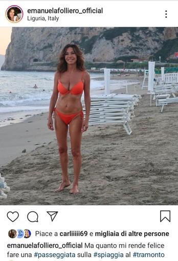 """Emanuela Folliero in sexy bikini rosso a Finale Ligure: """"Amo passeggiare al tramonto"""""""