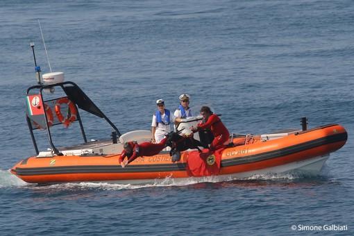 Moto d'acqua si scontra con una barca a vela a Finale, un ferito