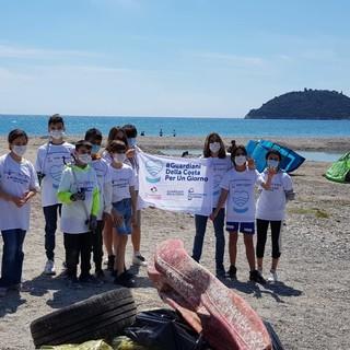 Albenga, spiaggia pulita con i giovani dell'Interact (FOTO)