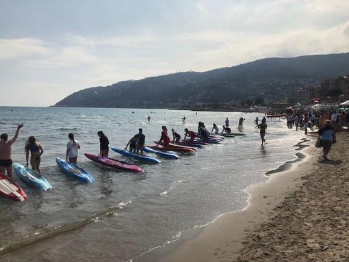 Una festa di colori sulla spiaggia di Andora con le gare oceaniche