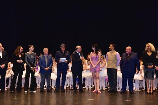 Savona, l'étoile internazionale Lorena Baricalla consegna i certificati d'esame alle giovani ballerine
