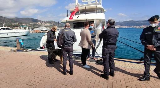Loano, controlli in porto da parte della Guardia di Finanza con le unità cinofile