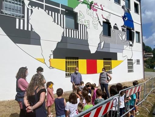 """Roccavignale, le mani dei bimbi della scuola dell'infanzia concludono il murales """"No Signal cittadini del mondo"""""""