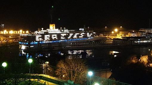 """""""Grazie Sv"""", Costa Luminosa ringrazia la città di Savona con le luci delle cabine (FOTO)"""