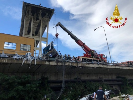 """Ponte Morandi, la replica di Autostrade per l'Italia: """"Lavoriamo per ricostruire il viadotto in 5 mesi"""""""