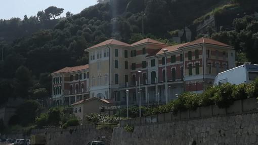 """I boss """"padroni"""" dell'hotel del Golfo a Finale Ligure: i commenti del sindaco e dell'Associazione Albergatori"""