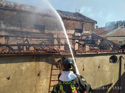 Cairo, sotto controllo l'incendio alla chiesa di San Lorenzo: distrutto il tetto della sacrestia (FOTO)