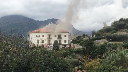 """Incendio al relais """"Il Casale"""" di Tovo San Giacomo: intervento dei Vigili del fuoco in corso"""