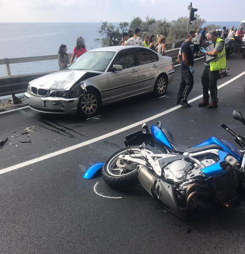 Scontro tra auto e moto sulle curve di Capo Noli (FOTO)
