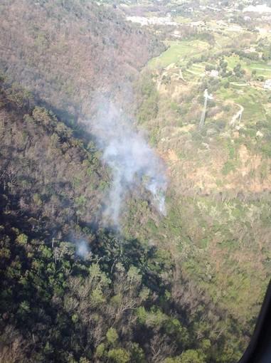 Incendio di Cogoleto, situazione in miglioramento: continua l'azione dei mezzi aerei