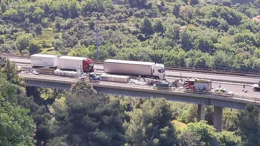 A10, incidente all'altezza di Pietra Ligure: tre veicoli coinvolti. Autostrada riaperta (FOTO)