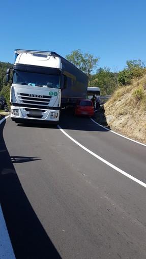 Scontro tra un camion e un'auto tra Stella Santa Giustina e il Giovo: intervento dei carabinieri