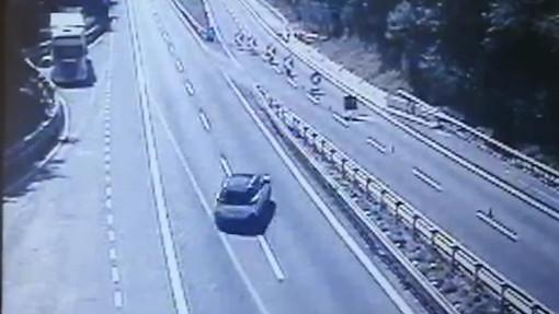 C'è lo scambio di carreggiata, si inverte la marcia: la mossa azzardata e pericolosa di un autista sulla A10 (VIDEO)