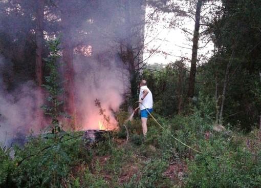 Principio di incendio a Rollo di Andora: domato grazie agli abitanti della frazione (FOTO)