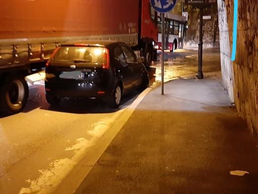 Savona, scontro tra un mezzo pesante ed un'auto: intervento della polstrada e della polizia locale