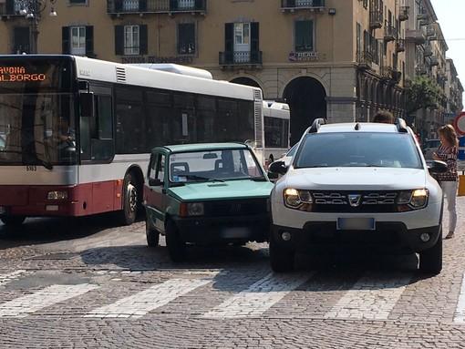 Savona, scontro tra due auto tra Piazza Mameli e via Paleocapa, nessun ferito
