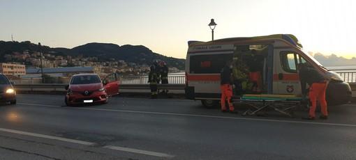 Finale, mezzo della nettezza urbana scontra auto sulla via Aurelia: due codici gialli al Santa Corona (FOTO)