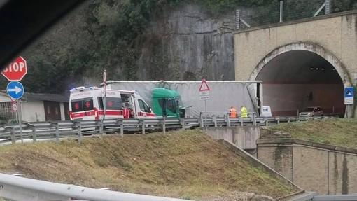 Camion sbanda e si intraversa in circonvallazione Ruffino a Millesimo: conducente illeso