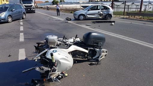 Auto contro moto in regione Rollo ad Albenga: centauro in codice rosso al Santa Corona (FOTO e VIDEO)