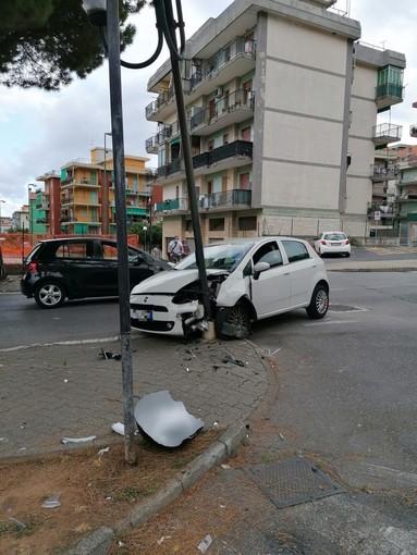 Borghetto, auto si schianta contro un palo in via Raffaello (FOTO)
